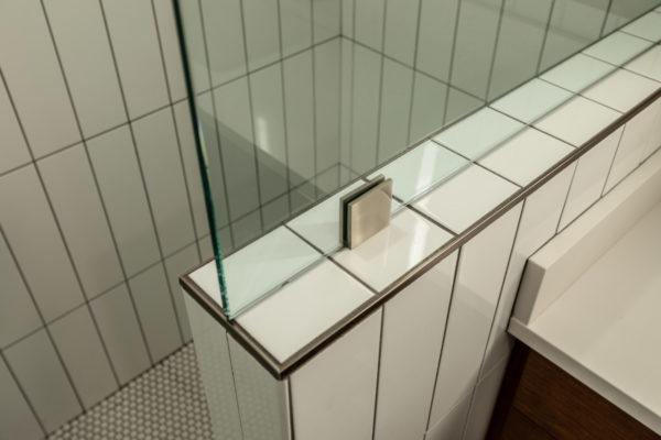 subway tile design ideas: metal cap
