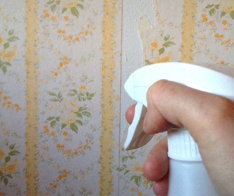 remove stubborn wallpaper: water and white vinegar in spray bottle